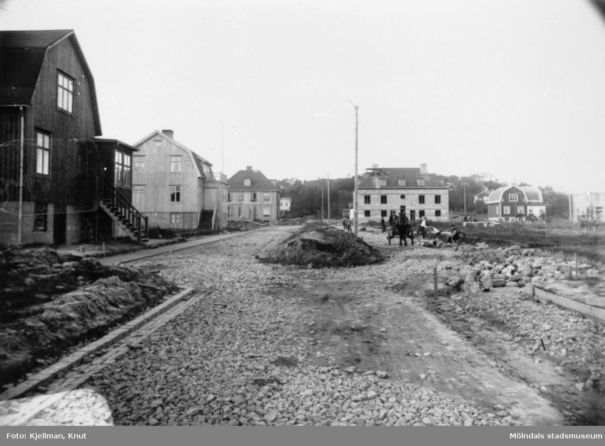 Broslättsgatan, sedd från öster, när den höll på att omläggas, ca 1925.