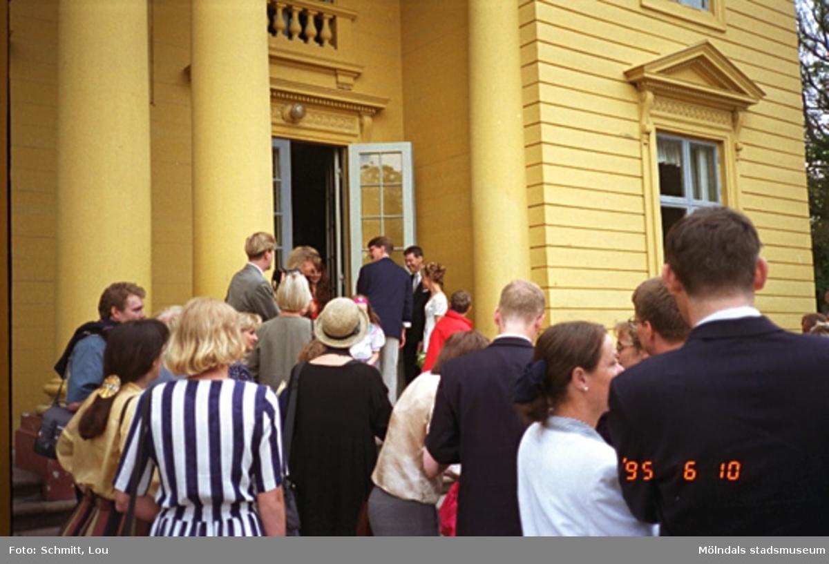 Ett brudpar med gäster på väg in i Gunnebo slott, maj 1995. Relaterande foton: 1996_0017-1996_0018.