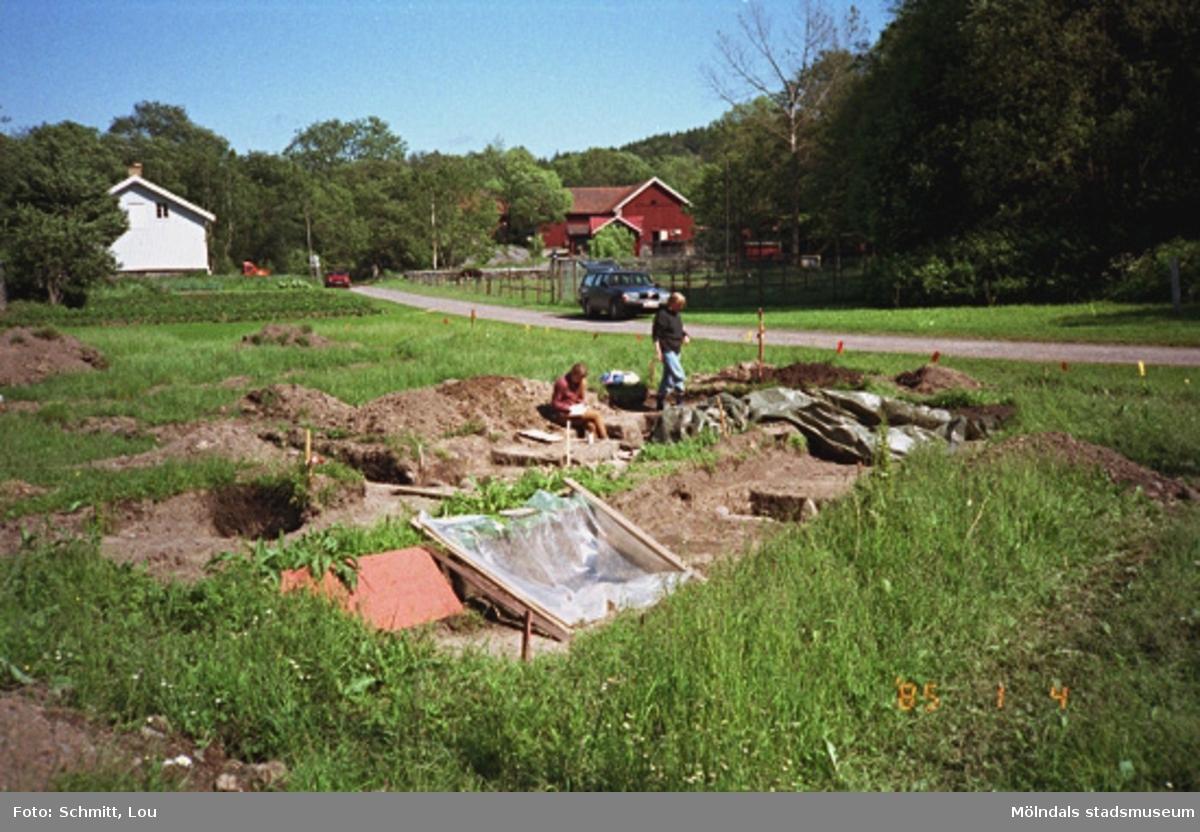"""Arkeologer i arbete vid ett utgrävningsschakt i Gunnebo slotts köksträdgård """"A"""", augusti 1995."""