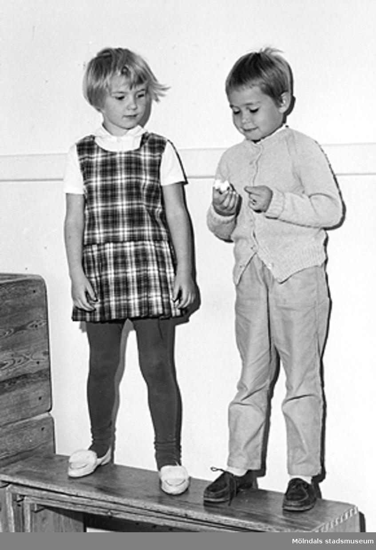 Två barn som står utefter en vägg inomhus. Holtermanska daghemmet 1953.