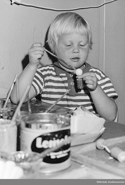 Ett barn som målar och pysslar. Holtermanska daghemmet 1953.