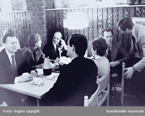 """Distriktslaboratoriet i Högoms gamla skola, Selånger sn, invigdes 1953 och flyttade 1965 till Matfors, Tuna sn. Fotografierna nedan är hämtade från fabriken i Matfors.01 Kaffedrickande i personalmatsalen i samband med invigningen av den nya kontorsflygeln 197602  - """" -03  - """" -04 Fabrikshefen Kurt Bertrandsson mottager blommor vid invigningen av den nya kontorsflygeln 197605 Fabrikschefen Kurt Bertrandsson klipper av bandet vid invigningen av den nya kontorsflygeln 197606 Fabrikens lagerlokaler samt kontorsflygeln längst t h08 Fabrikens firitdsförening anordnar personalfest. Här står de i personal- matsalens kök09 Öppet hus, familjedag, på fabriken11 Öppet hus, familjedag, på fabriken"""