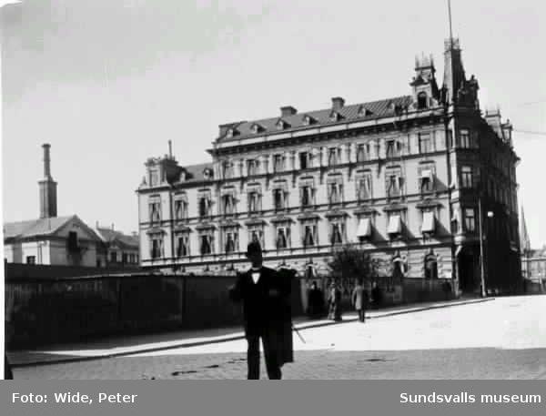 Det nybyggda Hotell Knaust på Storgatan 13. Peter Wide står mitt i bild (taget med självutlösare?).