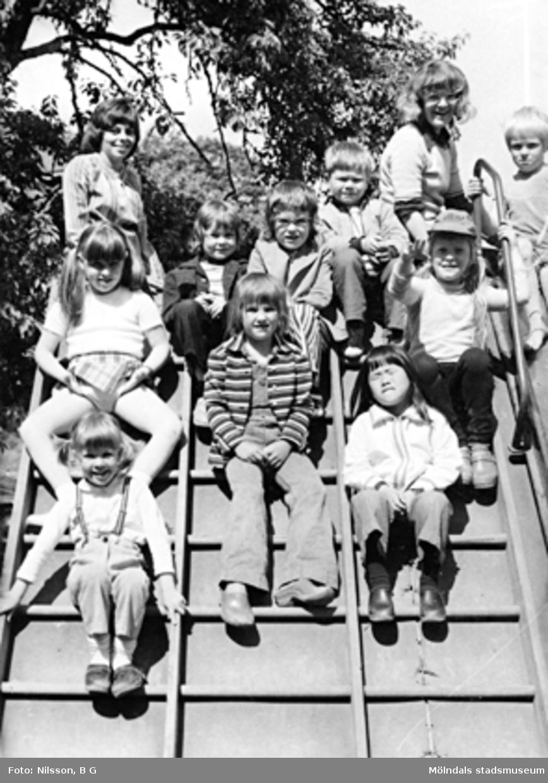 En grupp barn och två fröknar på en klätterställning. Holtermanska daghemmet juni 1973.