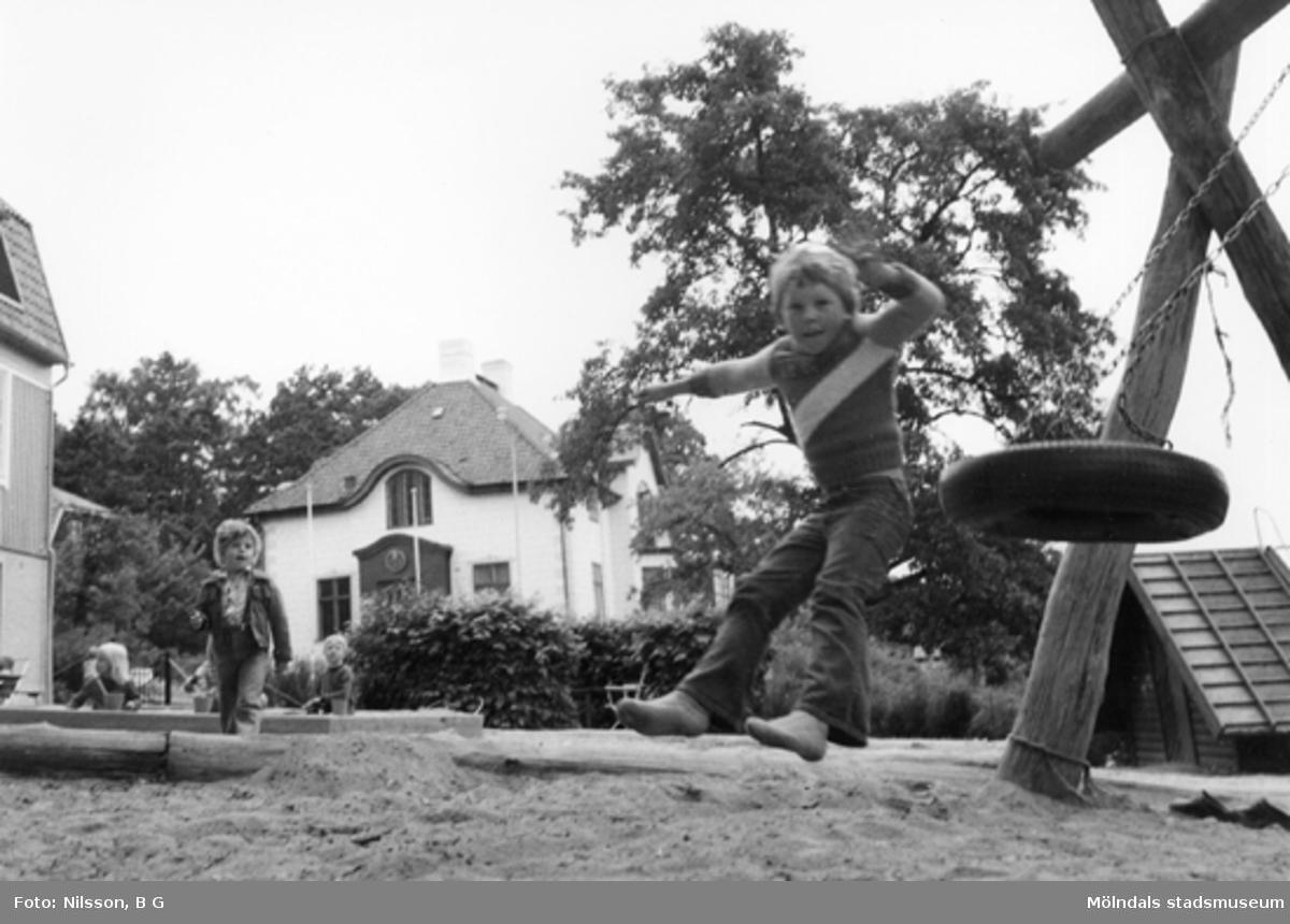 En pojke som hoppar av en gunga i farten. Holtermanska daghemmet 1973.