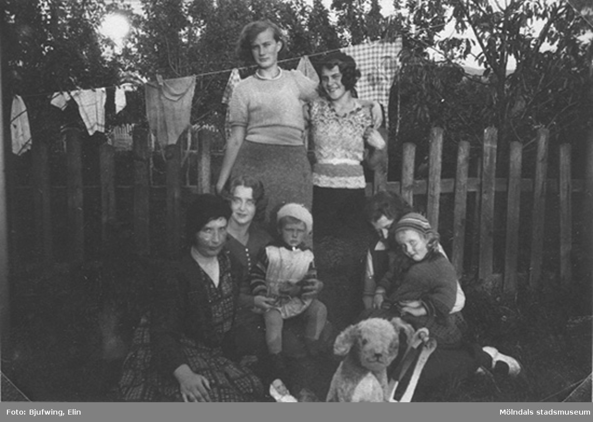 Sömmerskor som arbetade på syateljé tillsammans. Barnhemsgatan 13, 1930-talets början.Fotografen Elin var lillasyster till Oskar Andersson, Brittas morfar.
