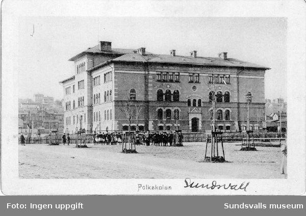 Folkskolebyggnaden, Gustav Adolfsskolan, vid Skolhusallén, invigd 1892.  Byggnaden ritades av arkitekten Gustaf Hermansson.