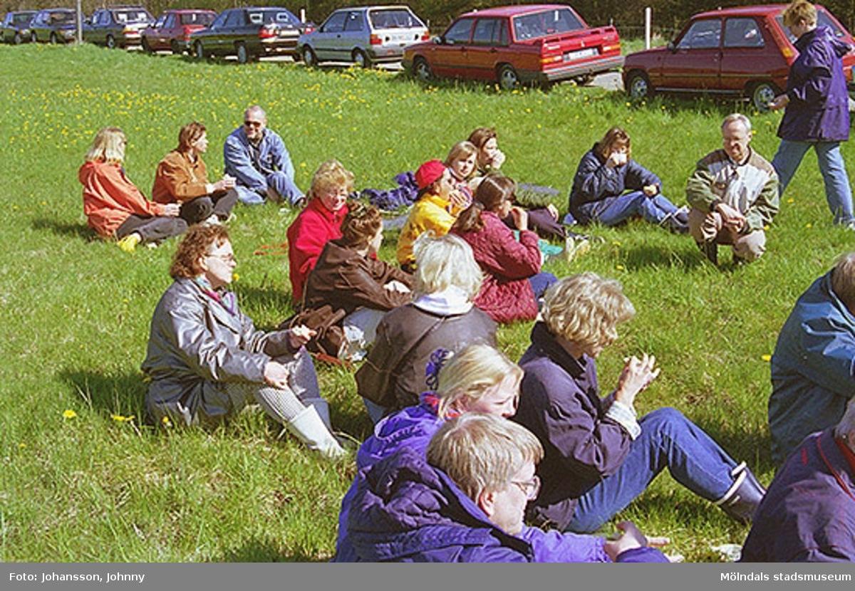 Personal från Kultur och fritid sitter i gräset och fikar. Hiterst i bild är Bert Hoflund.