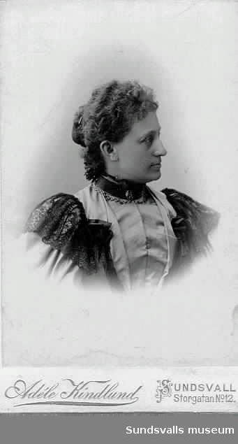 Borgmästarinnan fru Svea Drake f Wessblad, halvsyster till Thyra, Hulda och Astrid.
