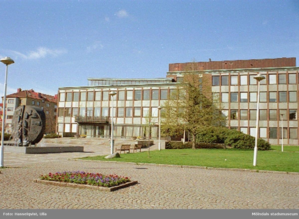 Mölndals stadshus och Stadshusplatsen, augusti 1994, med konstverket Faesbiaergha av Roland Andersson till vänster.