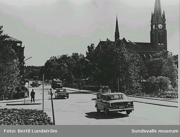 Biltrafik på Storbron, med Gustav Adolfs-kyrkan i bakgrunden.