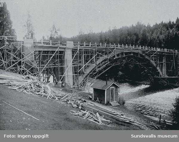 Landsvägsbron över Viforsen under uppförande, 1922.