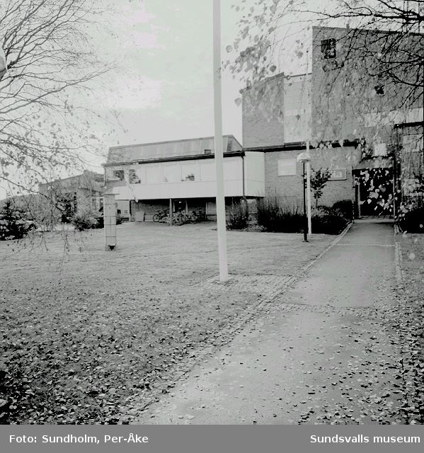 """Tidigare rundradiostation på Antennvägen i Råsta. Vid sidan av entren finns Hilding Eklunds skulptur """"Eterns budbärare""""."""