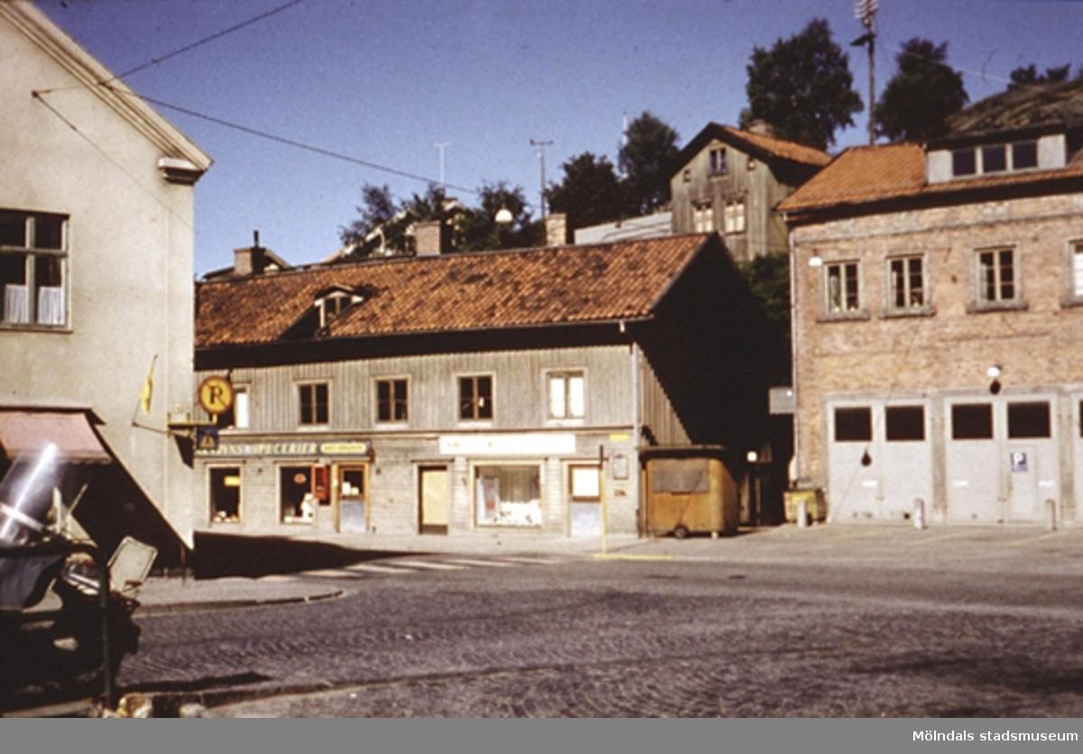 Vy från Forsebron mot Gamla brandstationen (Kvarnbygatan 41) till höger. Till vänster skymtas Byggnad 213 (Kvarnbygatan 4). Ur familjen Wallerstedts album.