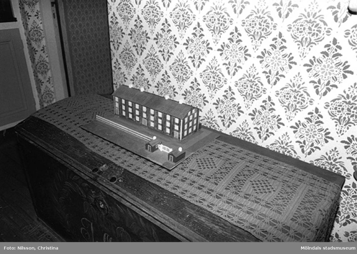 """En modell utav en av de f.d. byggnaderna vid Werners fabriker i Annestorp som kallades """"Byggninga"""" och som innehöll arbetarbostäder. Modellen står på en brudkista. Hör ihop med: 2006_0340 - 0341."""
