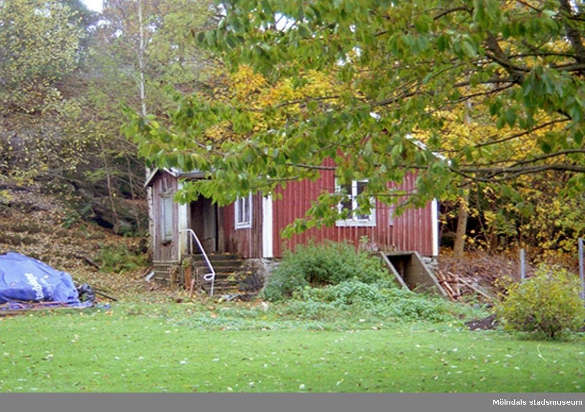 Förfallen byggnad på Varvsvägen i Lindome, oktober 1998.