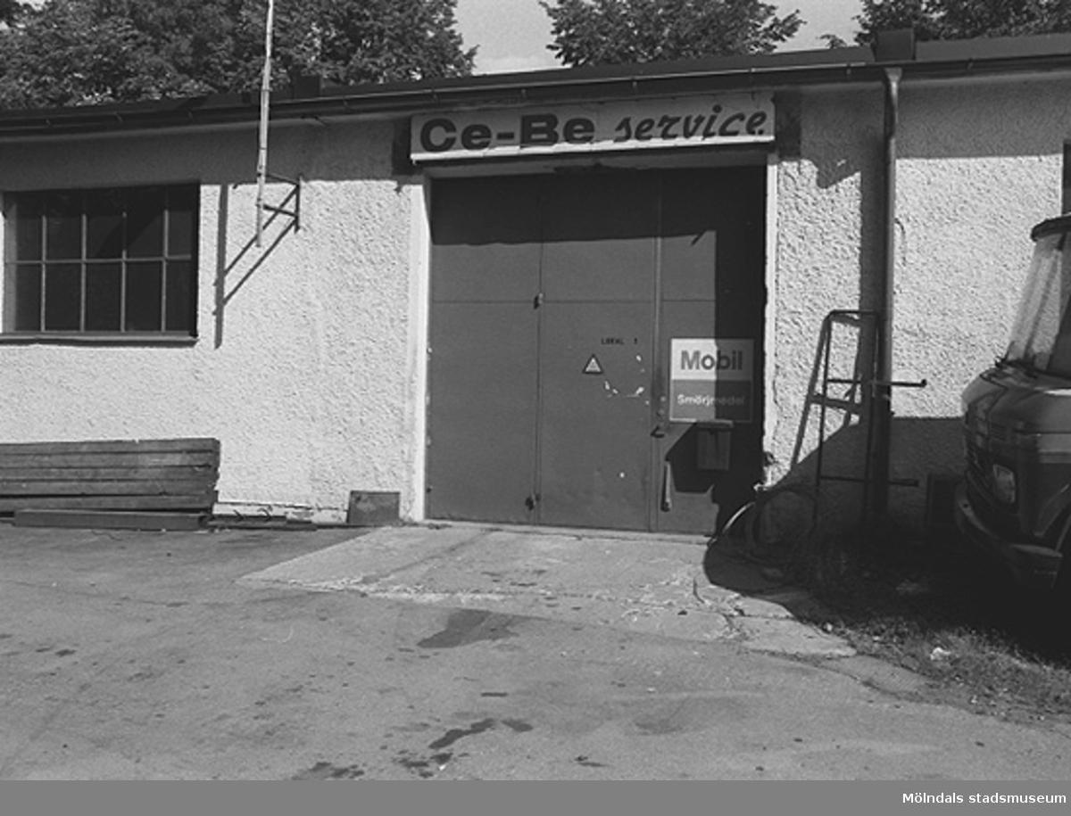 """Garageinfart med skylten """"Ce-Be service"""" över. Hösten 1994."""