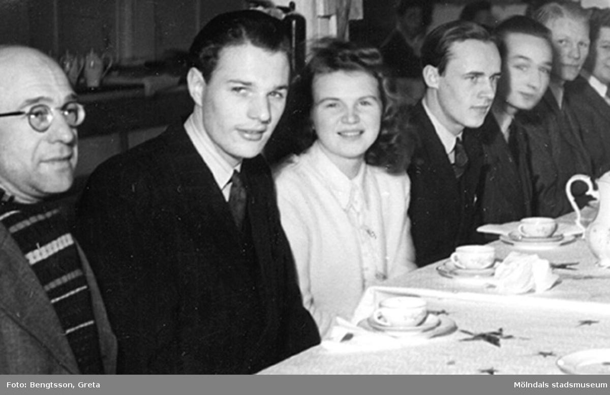 """""""Kaffe-Gäster"""": Vaktm. ? Olsson, Ing. Bertil Lundberg, kontorist ? Andersson och praktikant Arnold Bernskiöld, resten vet ej.SOAB-Svenska Oljeslageri AB, Kvarnbygatan, Mölndal 1943-1946."""