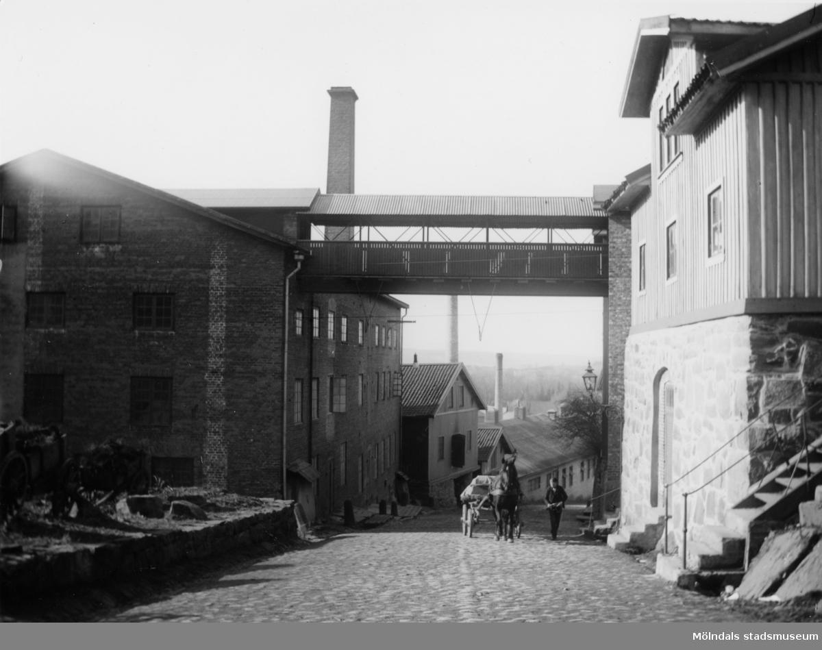 """Många typer av transporter gick fram över """"Kråkan"""", Kvarnbygatan."""