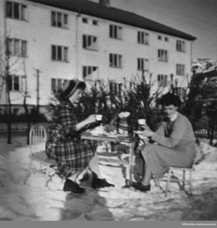 """Lärarna på Krokslätts daghem fikar. Krokslätts daghem, Dalhemsgatan 7 i Krokslätt 1948-1951.""""Föreståndaren: Gunnel Kullenberg, bitr. föreståndaren: Margit Emilsson (gift Wannerberg -52), förskollärarna: Ingrid Andelius (gift Svedenbrandt) och Pierrette Pet`e(r) (gift Göhluer) och barnskötaren: Ruth Carlsson (gift Karlsson) arbetade på Krokslätts daghem.Vi fyra tjänstgjorde i den s.k. Villan som hade två avd, två lärare på varje avd.  Man arbetade 6 dagar i veckan, måndag till lördag.I huvudbyggnaden på andra vån. fanns personalbostad att hyra. Dit inbjöds våra vänner till party, även blivande fästmän. Ingrid träffade sin man där.Jag sammanförde också Pierrette och Åke som sedan gifte sig. Jag blev gudmor till deras dotter Christine, född 1957.""""                                                                       Enligt Margit Wannerberg."""