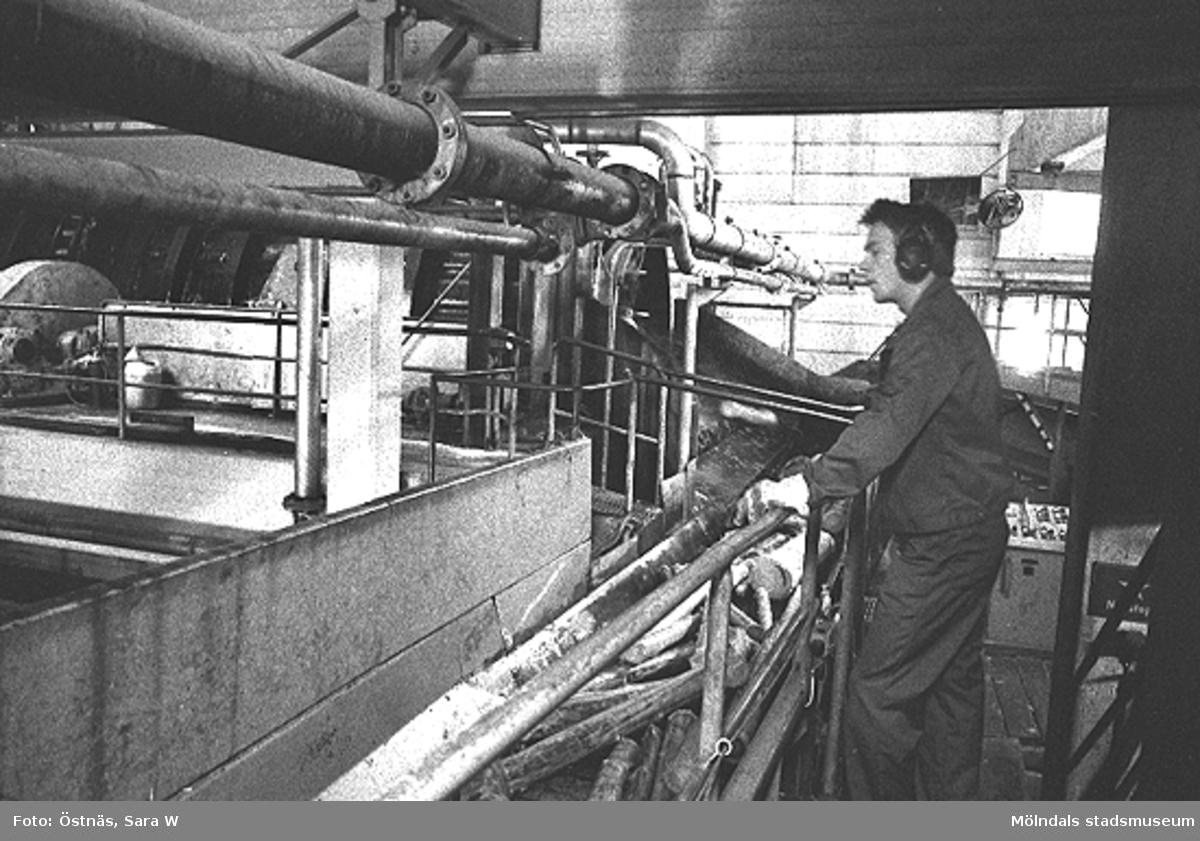 En man i arbete med inmatning av råvara.Bilden ingår i serie från produktion och interiör på pappersindustrin Papyrus.