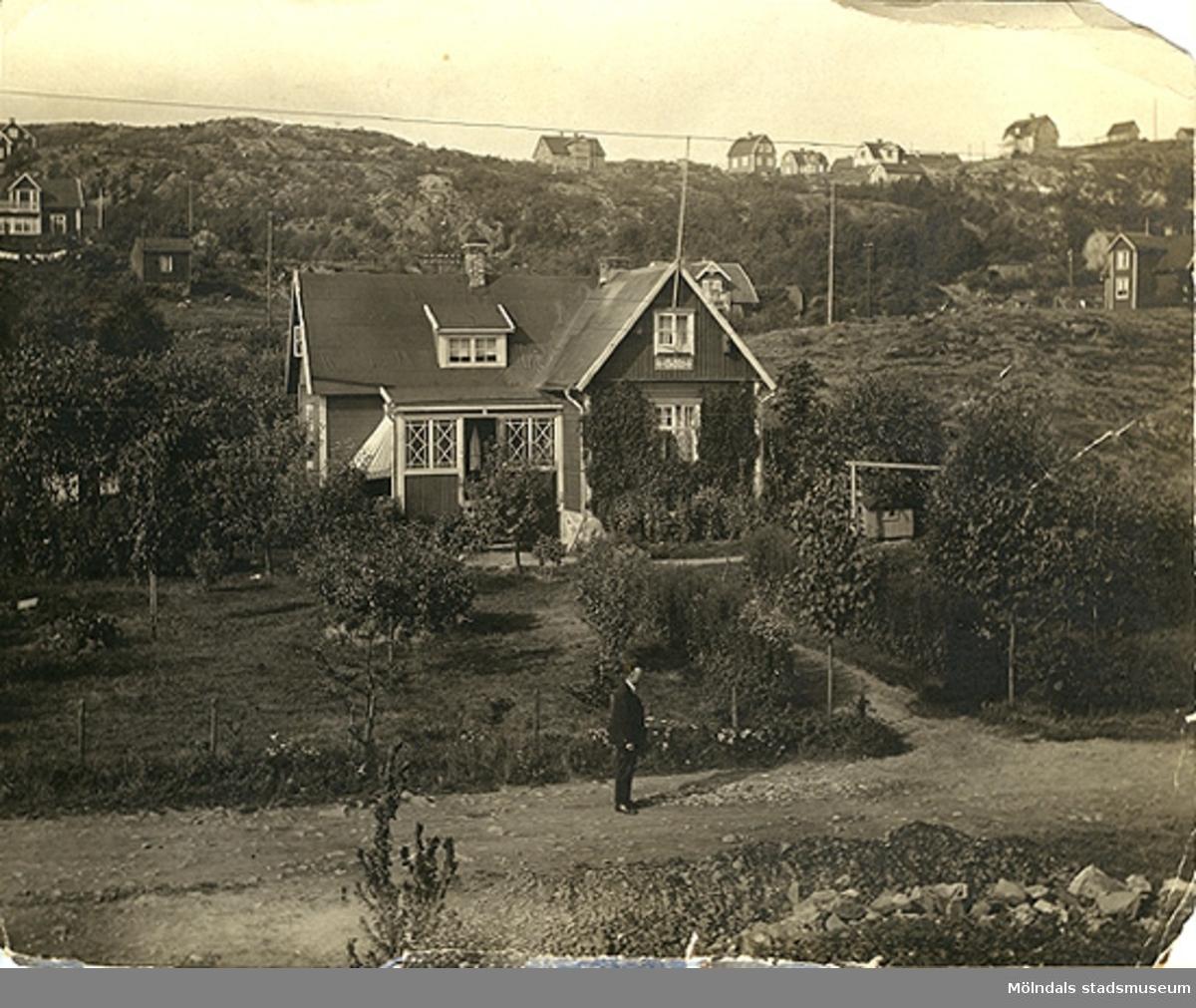 """Bostadshus i nuvarande Toltorpsdalen, Mölndal. Kring sekelskiftet 1900.Fastigheten """"Körsbäret 19"""", Högadalsgatan 2B ?"""