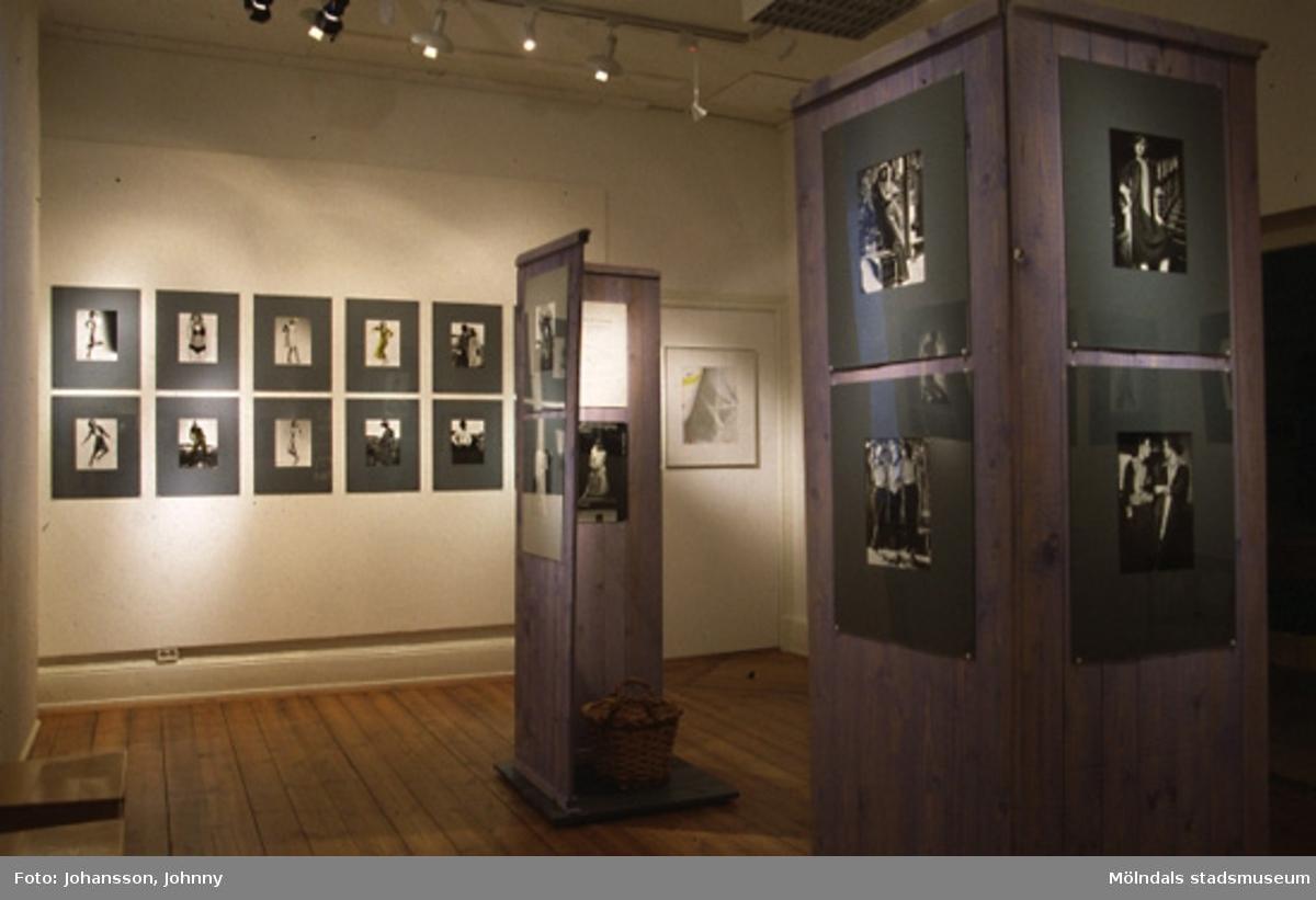 """Fotografen Johnny Johanssons utställning """"Modebilder från två decennier 1967 - 1987"""" på Mölndals museum, N. Forsåkersgatan 19 i Kvarnbyn, år 1998."""