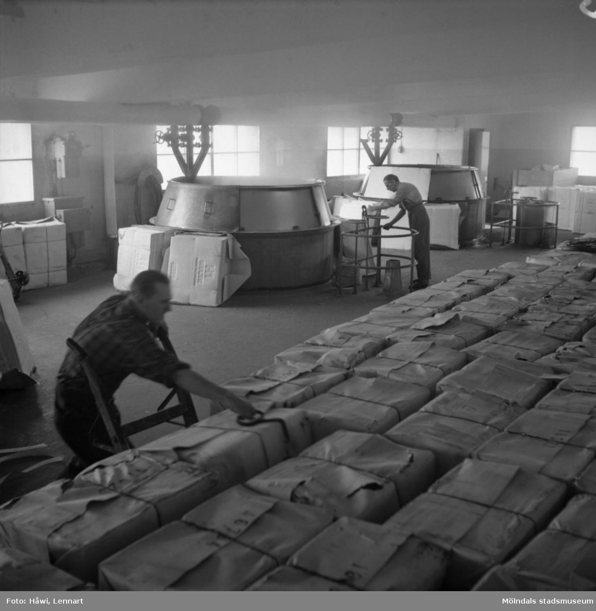 Män i arbete vid hydropulper på Papyrus i Mölndal, 6/5 1955.