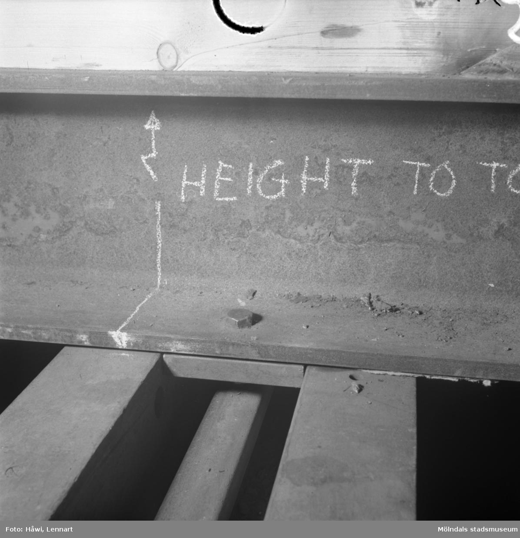 Transport av PM2 yankeecylinder på Papyrus i Mölndal, 12/4 1957. Detaljfotografi av en stålbalk.