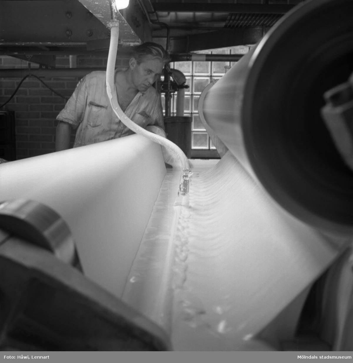 Man i arbete vid bestrykningsmaskin nr 1 på Papyrus i Mölndal, 8/9 1964.