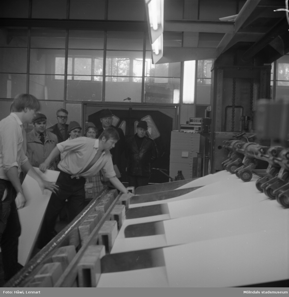 Fabriksvisning för Papyrus anställdas anhöriga. Papyrus i Mölndal, 10/10 1970.