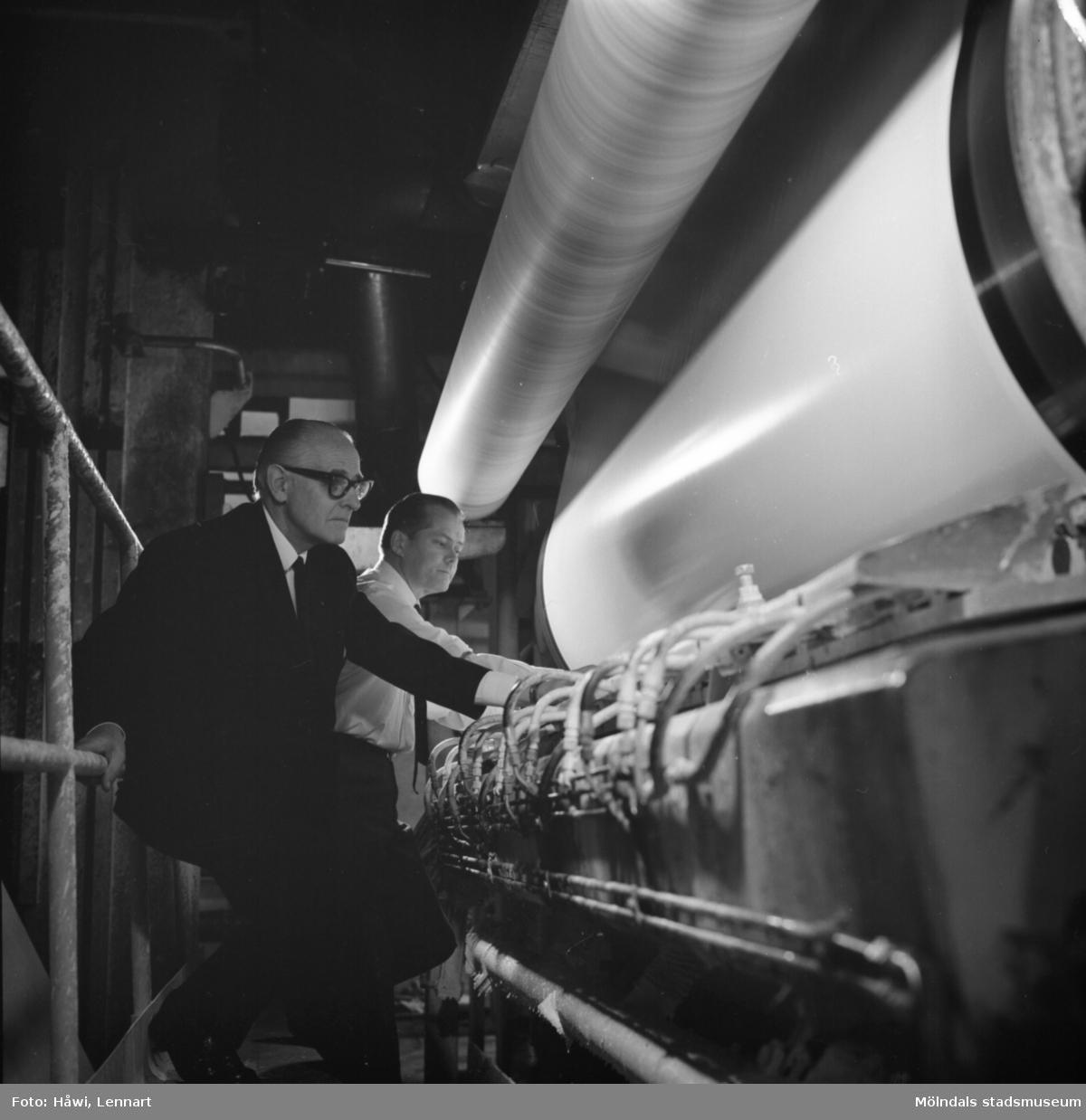 Papyrus direktör William Tibell och ingenjör Åke Severed vid PM5:s bladbestrykningsstation på Papyrus i Mölndal, 14/12 1970.