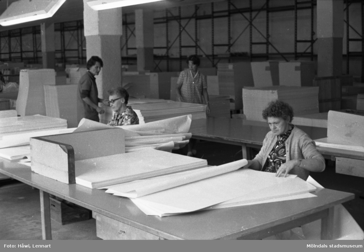 Kvinnor i arbete med att sortera papper på Papyrus i Mölndal, hösten 1970.