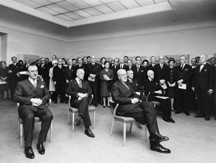 Jubileumshedersgäst var dåvarande kung Gustaf VI Adolf. Under musikstunden sitter här kungen med uppvaktande adjutant t.v. och generaldirektör Nils Hörjel längst t.v. och t.h. ambassadör Wilhelm Winther.