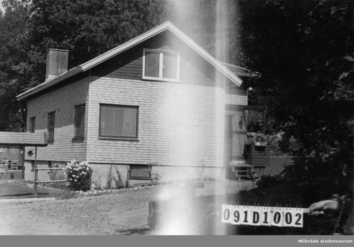 Byggnadsinventering i Lindome 1968. Hällesåker 6:5. Hus nr: 091D1002. Benämning: permanent bostad, ladugård och redskapsbod. Kvalitet, bostadhus: mycket god. Kvalitet, ladugård och redskapsbod: dålig. Material, bostadshus: gult tegel. Material, ladugård och redskapsbod: trä. Tillfartsväg: framkomlig. Renhållning: soptömning.