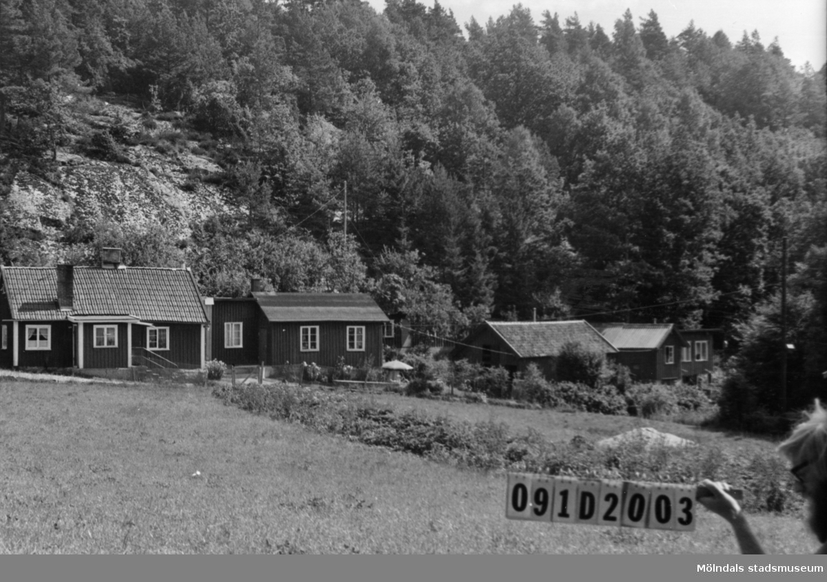 Byggnadsinventering i Lindome 1968. Skräppholmen 2:8. Hus nr: 091D2003. Benämning: permanent bostad och fyra redskapsbodar. Kvalitet: god. Material: trä. Övrigt: en utomordentligt fint komponerad hopbyggnad. Tillfartsväg: framkomlig.