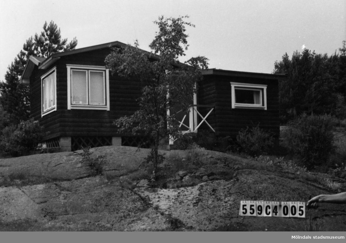 Byggnadsinventering i Lindome 1968. Gastorp 2:86. Hus nr: 559C4005. Benämning: fritidshus och redskapsbod. Kvalitet, fritidshus: mycket god. Kvalitet, redskapsbod: god. Material: trä. Tillfartsväg: framkomlig. Renhållning: soptömning.