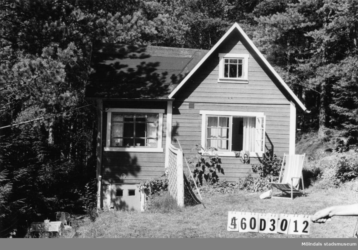 Byggnadsinventering i Lindome 1968. Gastorp 1:57. Hus nr: 560D3012. Benämning: fritidshus. Kvalitet: god. Material: trä. Tillfartsväg: framkomlig. Renhållning: soptömning.