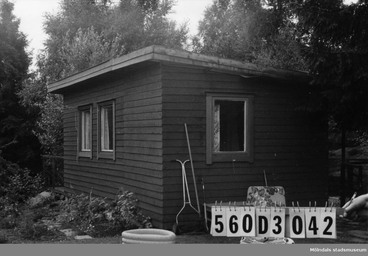 Byggnadsinventering i Lindome 1968. Fagered (2:44). Hus nr: 560D3042. Benämning: fritidshus och redskapsbod. Kvalitet, fritidshus: god. Kvalitet, redskapsbod: mindre god. Material: trä. Tillfartsväg: ej framkomlig.