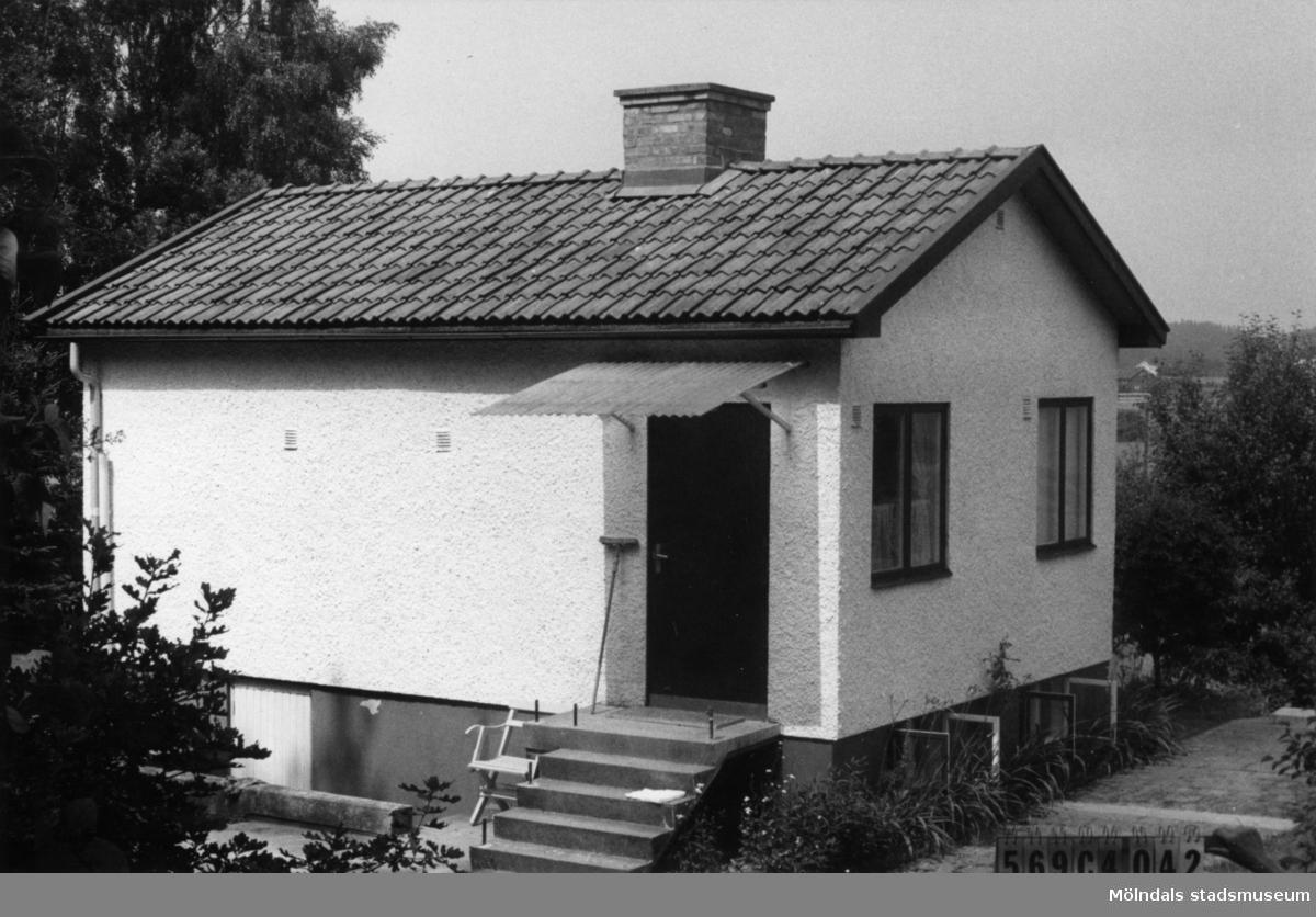 Byggnadsinventering i Lindome 1968. Gårda 2:49. Hus nr: 569C4042. Benämning: fritidshus. Kvalitet: god. Material: sten, puts. Tillfartsväg: framkomlig. Renhållning: soptömning.