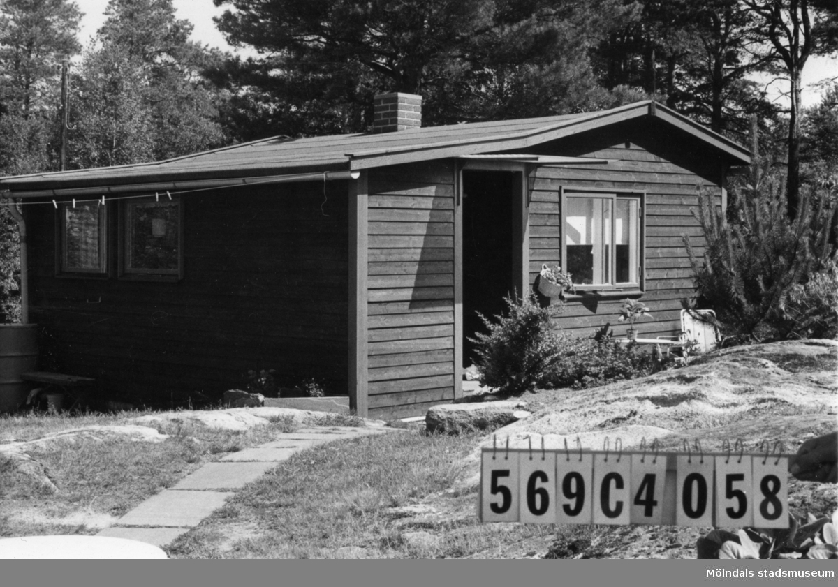 Byggnadsinventering i Lindome 1968. Gårda (2:6). Hus nr: 569C4058. Benämning: fritidshus och redskapsbod. Kvalitet, fritidshus: mycket god. Kvalitet, redskapsbod: god. Material: trä. Tillfartsväg: framkomlig.