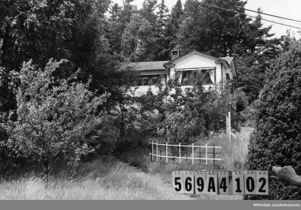 Byggnadsinventering i Lindome 1968. Skäggered 3:43. Hus nr: 569A4002. Benämning: fritidshus och gäststuga. Kvalitet, fritidshus: god. Kvalitet, gäststuga: mindre god. Material: trä. Övrigt: igenvuxen tomt. Tillfartsväg: framkomlig.