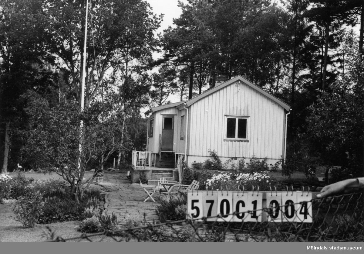 Byggnadsinventering i Lindome 1968. Annestorp 5:19. Hus nr: 570C1004. Benämning: fritidshus och redskapsbod. Kvalitet, fritidshus: god. Kvalitet, redskapsbod: mycket god. Material: trä. Tillfartsväg: framkomlig. Renhållning: soptömning.