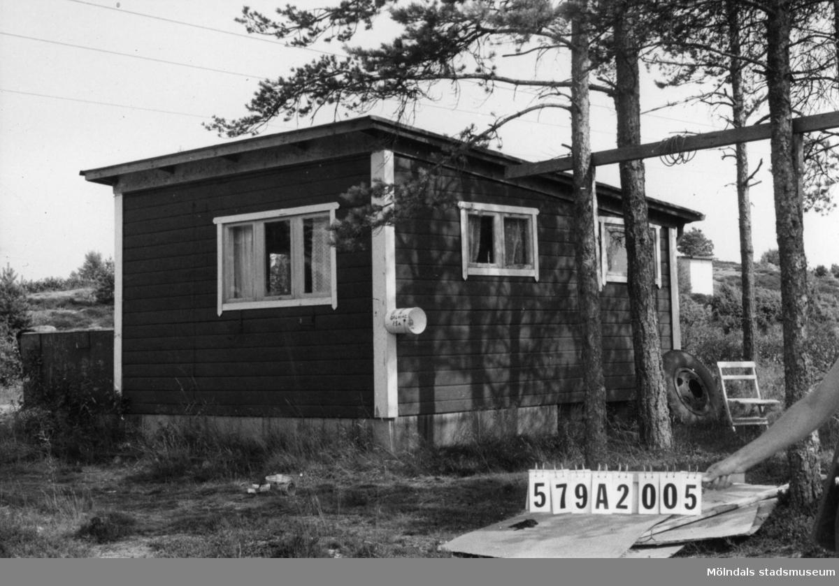 Byggnadsinventering i Lindome 1968. Lindome (6:21). Hus nr: 579A2005. Benämning: fritidshus. Kvalitet: dålig. Material: trä. Tillfartsväg: framkomlig. Renhållning: soptömning.