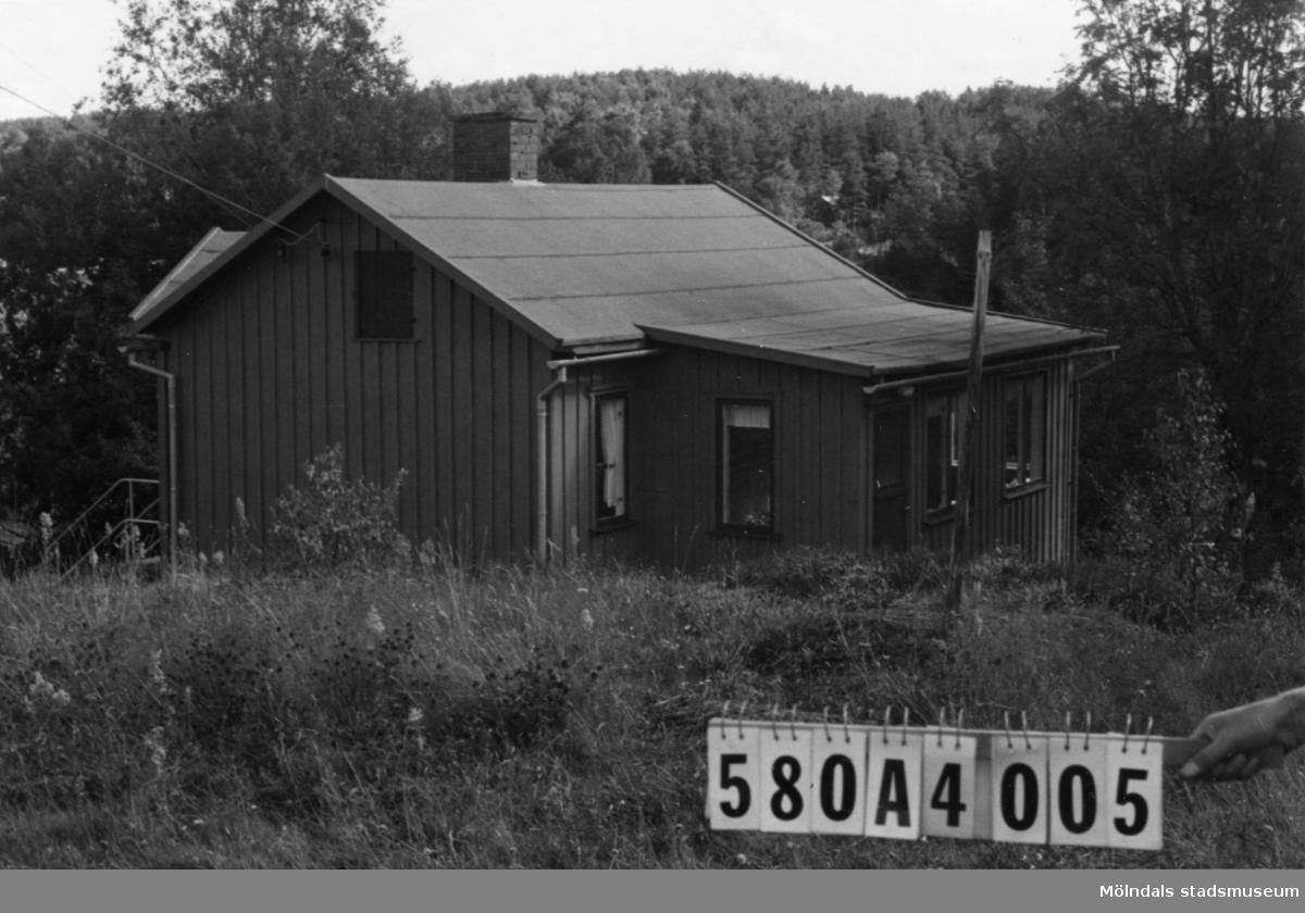 Byggnadsinventering i Lindome 1968. Annestorp 6:58. Hus nr: 580A4005. Benämning: fritidshus och redskapsbod. Kvalitet: god. Material: trä. Tillfartsväg: framkomlig.
