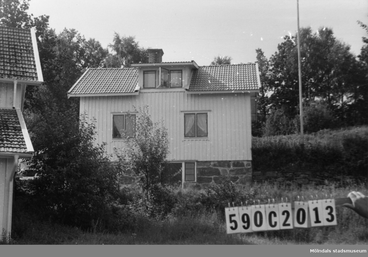 Byggnadsinventering i Lindome 1968. Hällesåker 3:23. Hus nr: 590C2013. Benämning: permanent bostad och redskapsbod. Kvalitet, bostadshus: god. Kvalitet, redskapsbod: mindre god. Material: trä. Tillfartsväg: framkomlig. Renhållning: soptömning.