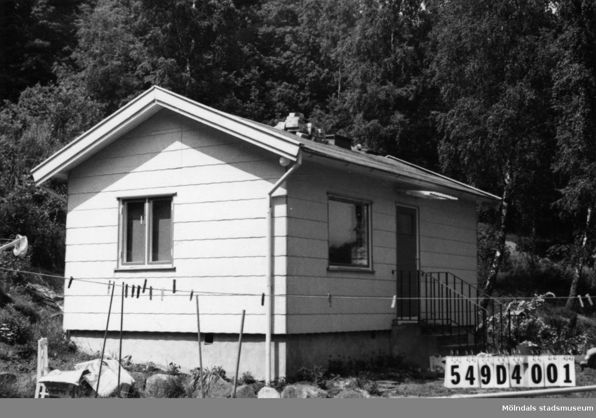 Byggnadsinventering i Lindome 1968. Hällesås 1:28. Hus nr: 549D4001. Benämning: fritidshus och lekstuga. Kvalitet: god. Material, bostadshus: eternit. Material, lekstuga: trä. Tillfartsväg: framkomlig.