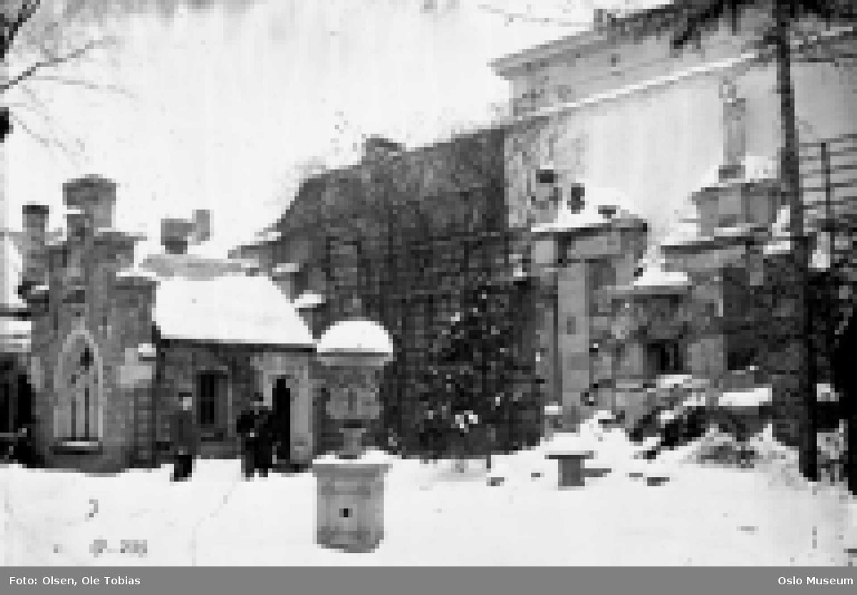 gårdsinteriør, snø, menn2