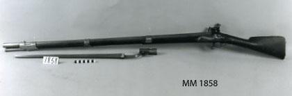 Gevär, m/1775, flintlås, märkt: C.A. med krona. Kolven av trä, pipa och mekanism av stål. Beslagen av metall. Laddstake av trä. Pipan slätborrad. Tillhörande stickbajonett.