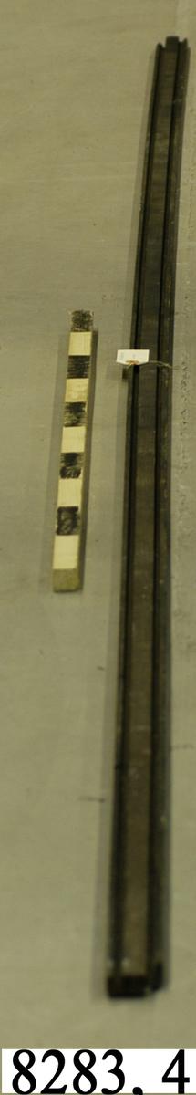 List, av furuträ, med två skåror ca 6 mm djup och 10 mm bred.
